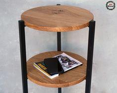Stolik pomocniczy jest praktycznym rozwiązaniem i oryginalnym dodatkiem do loftowego wnętrza. Ulubiona książka, gazeta, telefon - będą zawsze w zasięgu ręki.  Blaty dębowe - średnica 33 cm Wysokość: 66 cm Elementy stalowe malowane na czarno