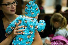 Baby Knotenmützchen nach Freebook von Klimperklein und Shirt Liam mit amerikanischem Ausschnitt von Sara&Julez jeweils aus Mr.Fuchs Jersey von Cherrypicking. Außerdem 3 Hotel-Hacks für den Urlaub mit Baby!