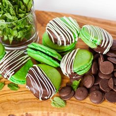 Amazing mint macarons filled with mint chocolate ganache and dipped in chocolate! Desserts With Chocolate Chips, Mint Chocolate Chips, Chocolate Recipes, Chocolate Ganache, Macaroons, Macaron Filling, Macaron Flavors, Best Macaron Recipe, Lemon Curd Pavlova