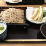 蕎麦x美酒たけや 11:30〜、水曜休み。ミカヅキ堂の隣。サービスランチ(かき揚げ、蕎麦、ご飯、小鉢)¥972、数量限定。