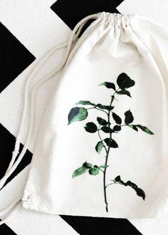 DIY Turnbeutel Tasche mit Pflanzen Motiv   Do it yourself fashion gym bag with floral print   Mode   Geschenk   Geschenkidee   Pflanzen   Textil bedrucken   Basteln   Anleitung Tutorial   Idee   kreativ   Design   grün   green   plants   Blumen   Mode Accessoire