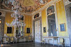 Lo ammetto, ho un debole per le Residenze Reali. Se il Palazzo con l'interno che più ho amato è certamente Tsarkoe Selo, il Palazzo di Caterina a Pushkin, in Russia con la splendida Sala d'Ambra e la Sala da Ballo bianca e oro di Rastrelli, il Palazzo con il giardino che ho preferito è la Reggia di Caserta.