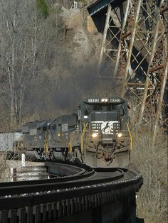 Norfolk Southern 8723, GE C40-8, Clinchport, VA, November 24, 2002 By Train, Train Tracks, Train Pictures, Cool Pictures, Southern Railways, Norfolk Southern, Railroad Photography, Old Trains, Train Journey