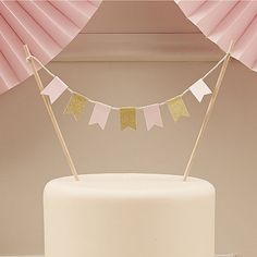 This fabulous pastel pink and sparkling gold flag cake bunting is perfect for celebration cakes or even wedding cakes. Seven mini pastel pink and gold sparkle f Pink Gold Cake, Sparkly Cake, Pink And Gold, Wedding Cake Bunting Topper, Wedding Cakes, Party Wedding, Wedding Venue Decorations, Birthday Decorations, Babyshower Party