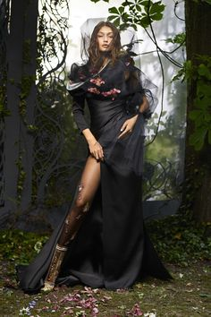 Gigi Hadid in Atelier Versace dress & Fendi Haute Forrure boots, by Karl Lagerfeld///Harper's Bazaar October 2016 Foto Fashion, Fashion Shoot, Editorial Fashion, Fashion Models, Vogue Models, Fashion Editor, Atelier Versace, Karl Lagerfeld, Gothic Girls