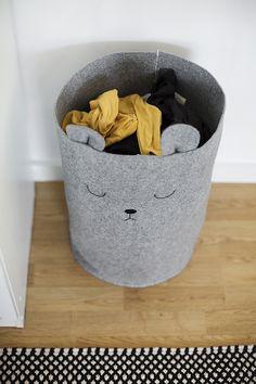 Lavanderia bonita e suja: um berçário DIY Laundry Bin, Laundry Basket, Felt Crafts, Fabric Crafts, Diy Crafts, Boho Deco, Diy Bebe, Baby Room Decor, Diy For Kids