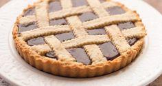 Non dire crostata se non hai la tua ricetta per la pasta frolla. Ti potresti essere fatto l'opinione che esista un'unica ricetta perfetta, sia che si parli di apple pie che di polenta. E' giunto il tempo di aprire i vasetti di marmellata e scoprire che esiste una ricetta perfetta per ogni occasione. La crostata ne è la dimostrazione. L'impasto giusto per quella crostata Che ci vuole a fare una crostata? Farina, burro, zucchero, uova. Gli ingredienti li conosciamo quasi a memoria t...