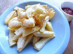 卵一つだって歓声♪ 揚げ卵: 小皿に割った卵を高温の油で60秒揚げます。白身で黄身を包み込むように形を整え、取り出したら塩をふります。   香ばしい外側と中からトローっとでてくる黄身がたまりません。著者の高木さんのお宅ではフライドポテトと一緒に揚げ、黄身をからめて食べるのが定番とのこと。蒸し野菜やドライカレーにトッピングしてもいいですね。