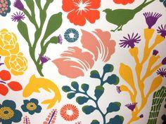 FAUNA E FLORA | Plantas e bichos  criam este visual colorido do revestimento que traz a floresta estilizada no fundo do mar. #revestimentos #papeldeparede #selectpaper #decoracao #SpenglerDecor