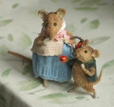 This reminds me of Beatrix Potter stories. Needle Felted Animals, Felt Animals, Needle Felting, Nuno Felting, Felt Mouse, Cute Mouse, Beatrix Potter, Felt Dolls, Crochet Dolls