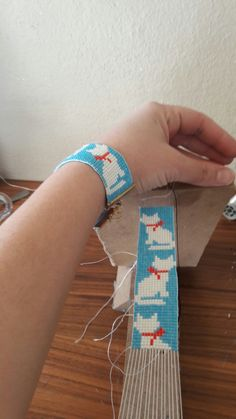 cat wristband 2 I wanted to show you how to make a bracelet with natural stone and leather thread with … Bead Loom Patterns, Peyote Patterns, Beading Patterns, Beading Ideas, Beading Supplies, Bead Loom Bracelets, Leather Thread, Diy Friendship Bracelets Patterns, Loom Bracelets