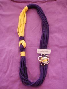 Collares y foulares con detalles de zamak. Puedes elegir el color del cordón o pañuelo. www.pulserasycollares.es