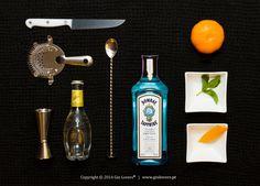 G Bombay Sapphire T Schweppes Original B Tangerina, hortelã O processo de destilação da Bombay remonta ao inicio do Século XIX. Ao contrário das destilações comuns, que juntam os botânicos no alambique, a Bombay faz passar o vapor do álcool neutro pelos botânicos dispostos em camada, ...