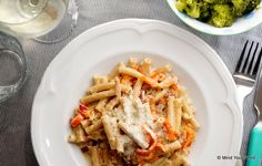 Romige speltpasta met broccoli en tomaatjes - Mind Your Feed