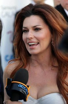 Shania is gorgeous with her hair auburn. Goes great with her skin tone. It doesn't wash her out