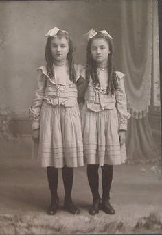 vintage fotos Interesting Vintage Pictures of Twin Couples in Victorian and Edwardian Eras ~ vintage everyday Vintage Children Photos, Vintage Pictures, Old Pictures, Vintage Images, Old Photos, Vintage Abbildungen, Vintage Twins, Vintage Outfits, Vintage Fashion