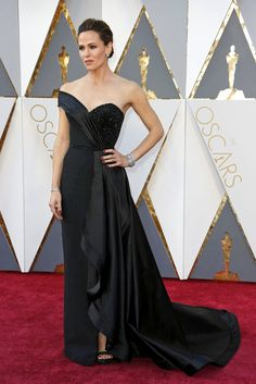 Mrs. Garner in Atelier Versace, MY FAVORITE DRESS OF THE NIGHT!!!!!! She looked so classy and just drop dead gorgeous. Love this dress. Well done! #oscars2016 #redcarpet #favepicks