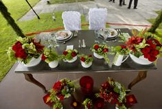 Arreglos en rojo y verde. Table Settings, Table Decorations, Outfits, Home Decor, Red, Green, Floral Arrangements, Centerpieces, Flowers