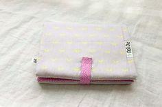 Tapis à langer nomade rose et gris à moustaches fluo jaune et sa pochette de change assortie : Puériculture par piolou