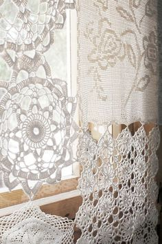 Curtains from from vintage lace and doilies. Craft and DIY Projects and Tutorials Doilies Crafts, Lace Doilies, Crochet Doilies, Filet Crochet, Crochet Borders, Crochet Squares, Crochet Curtains, Lace Curtains, Gypsy Curtains