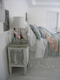Slaapkamer in landelijke stijl. In deze slaapkamer kom je helemaal tot rust. De neutrale kleuren zorgen voor een mooie rustige uitstraling. shabbychicgirls.blogspot.com