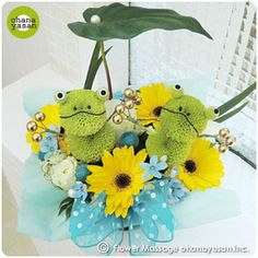 キュート!ポンポンマム(菊の花)で出来たカエルのフラワーアレンジメント。Cute! Animal dolls made with chrysanthemums.