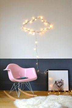 peindre une pièce en deux couleurs mur en blanc et gris chaise en plastique rose sol en parqeut clair