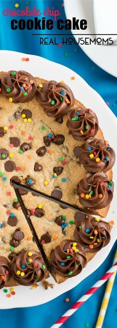This easy, rich, and chewy CHOCOLATE CHIP COOKIE CAKE is the perfect cake to make for your next birthday celebration! is part of Chocolate chip cookie cake - Just Desserts, Delicious Desserts, Yummy Food, Think Food, Love Food, Baking Recipes, Cookie Recipes, Recipe For Cookie Cake, Cupcake Recipes