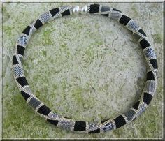 A la demande général, voici les deux grilles, pour enfiler vos crochets: Le collier: Le bracelet: Pour rappel: fil: G-one ou KO...