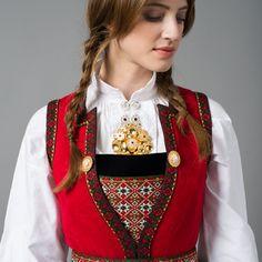 Bilderesultat for hardanger skaut Scandinavian Embroidery, Folk Clothing, Ethnic Dress, Folk Costume, Scandinavian Style, Costumes For Women, Traditional Dresses, In This World, Norway