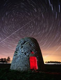 Time lapse star trails at a very slow shutter speed Time Lapse Photography, Types Of Photography, Photography Camera, Creative Photography, Landscape Photography, Photography Tutorials, Photography Ideas, Night Photography, Slow Shutter Speed Photography