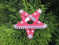 Tutorial - How to Make a Star Ornament Craft Stick Crafts, Christmas Crafts, Paper Crafts, Christmas Ornaments, Handmade Christmas Decorations, Paper Decorations, How To Make Stars, Ice Cream Stick Craft, Scrapbooking