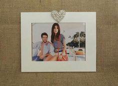 Dia dos Namorados chegando e uma excelente opção é agregar uma foto do casal em um lindo Porta Retrato. Modelo decorativo feito em MDF com aplicação de pérolas e strass. Para fotos 15x21.   *Solicite orçamento 44 9840-7730.