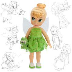"""Die """"Tinkerbell""""-Animator-Puppe freut sich darauf, in deine Sammlung zu flattern! Die Disney-Künstler haben sich Tink als kleine Fee mit Glitzerflügeln vorgestellt. Sie trägt ein mehrlagiges Kleid aus Blättern und hat ein """"Crocky""""-Kuscheltier."""