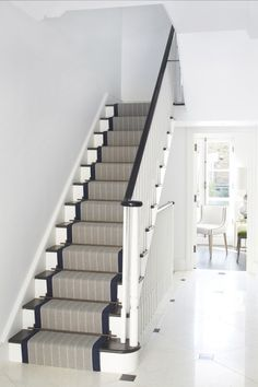The crisp and elegant navy edged runner lifts this all-white hallway House Stairs, Carpet Stairs, Basement Stairs, Victorian Hallway, White Hallway, Staircase Runner, Hallway Carpet Runners, Stair Runners, Navy Stair Runner