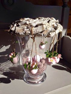 First time I've seen centrepiece done like this.a little bit different. Lots of Easter ideas. Not in English. Easter Projects, Easter Crafts, Easter Ideas, Easter Table, Easter Eggs, Decor Crafts, Diy And Crafts, Spring Decoration, Easter Story