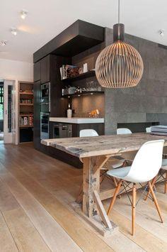 La table rustique est un meuble qui apporte de la chaleur à l'intérieur. Dans le style scandinave on l'utilise beaucoup pour réchauffer et rafraîchir l'intérieur.