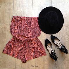Enterizo strapless (Estampado tribal) Zapatos tipo bailarina de punta (Negros, Piel de durazno) Sombrero (Piel de durazno negro, tipo coachella)