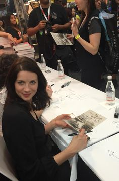 Here are fan pics of Sam Heughan, Caitriona Balfe, Diana Gabaldon, Maril Davis and Ron D. Moore at the Outlander signing at San Diego Comic-Con More pics after the jump! Outlander Novel, Diana Gabaldon Outlander Series, Outlander Season 2, Outlander Casting, Sam Heughan Caitriona Balfe, Sam Heughan Outlander, Jaime Fraser, Dragonfly In Amber, Starz Series