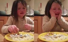 """Menina se descobre vegetariana e rouba o coração da web """"Não quero que os animais sejam cortados"""", diz a pequena de 5 anos em vídeo http://epoca.globo.com/colunas-e-blogs/bombou-na-web/noticia/2015/07/menina-se-descobre-vegetariana-e-rouba-o-coracao-da-web.html"""