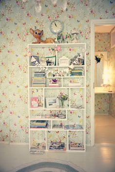 Nyt kuvia valmiista huoneesta! :)     Teimme huonetta varten yhden ylimääräisen väliseinän,   jonka avulla saimme huoneen vieressä olevast...