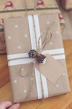 Bekijk de foto van Marington-nl met als titel Cadeau inpakken met bruin papier met stippen, 2 lange stroken papier of lint, een stuk touw, paar kleine dennenappeltjes en eventueel een papieren cadeaulabel. en andere inspirerende plaatjes op Welke.nl.
