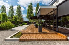Schitterende wellness tuin in Rotterdam Hillegersberg! Bekijk de foto's en geniet! Tuinontwerp voor deze mooie Wellness tuin is gemaakt door Versteegh Design. Geniet van de foto's. Deze mooie foto's zijn gemaakt door Michael van Oosten. Lees meer over Hoveniersbedrijf Tim Kok als Hovenier in Hillegersberg op onze pagina over hovenier hillegersberg.