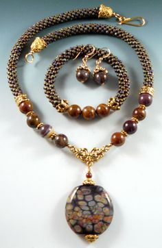 This Pin was discovered by Hel Seed Bead Jewelry, Gemstone Jewelry, Beaded Jewelry, Jewelry Necklaces, Handmade Jewelry, Beaded Necklace, Beaded Bracelets, Jewelry Sets, Jewelry Making