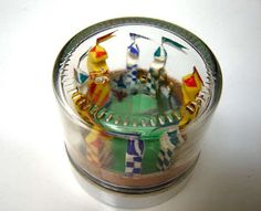 diorama clock (www. In this diorama (which is diameter), the snitch travels around on the second hand, a Gryffindor seeker on the the minute hand and the Slytherin seeker (who is hanging off his broom) on the hour hand. Harry Potter Quidditch, Harry Potter Fiesta, Harry Potter Diy, Harry Potter Movies, Harry Potter World, Quidditch Pitch, Halloween Diorama, Halloween Cards, Hogwarts