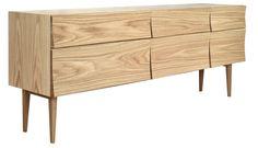 Reflect Sideboard fra Muuto er en stilig og stabilt skjenk i eik, med et unikt design av Søren Rose.Designet av skuffefrontene gir et levende utrykk sammen med det naturlige spillet i trev&aeli