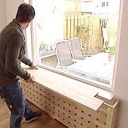 In de woonkamer in Biddinghuizen staat een saaie, witte radiator die nou niet echt als decoratie gezien kan worden. Dus wat doe je dan? Juist! Je maakt een trendy radiatorombouw die wél een plekje in deze nieuwe woonkamer verdient! Living Room Inspiration, Interior Inspiration, Plywood Furniture, Diy Furniture, Diy Radiator Cover, Apartment Renovation, Minimalist Furniture, Interior Design Living Room, New Homes
