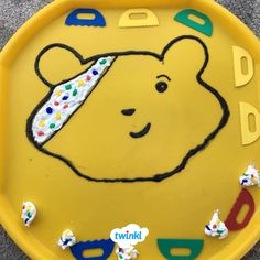 Great Pudsey inspired tuff tray activity. Paint the bandanna on Pudsey and don't forget the spots! This is a great activity to recreate in the classroom or at home. Feeling inspired? Discover hundreds of free BBC Children in Need teaching resources from Twinkl to help you get started.   #bbc #childreninneed #pudsey #pudseybear #tufftray #paint #painting #art #artsandcrafts #messyplay #teach #teaching #parents #parenting #twinkl #twinklresources #donate #support #charity #eyfs