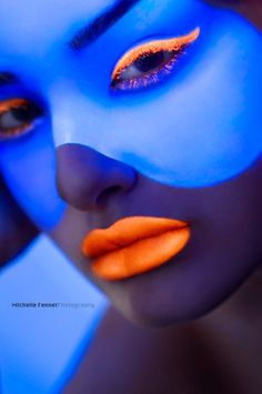 Strickly Fashion Runway Make-Up Fotografie Blue Pictures, Colorful Pictures, Dark Makeup, Makeup Art, Body Makeup, Skin Makeup, Neon Paint, Color Naranja, Neon Glow