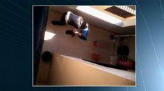 Enfermeira acusada de matar cadela yorkshire deve pagar indenização Juíza quer que ela pague R$ 20 mil pelos danos morais coletivos, em Goiás. Mulher foi filmada espancando yorkshire na frente da filha, em 2011; veja.